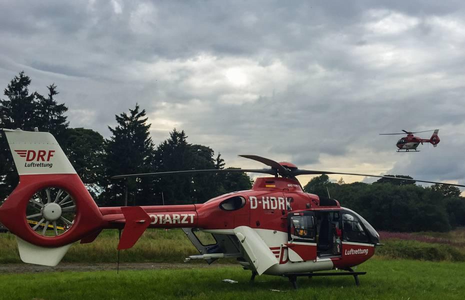 Zwei Rettungshubschrauber der DRF Luftrettung sind gemeinsam bei dem schweren Unfall im Einsatz.