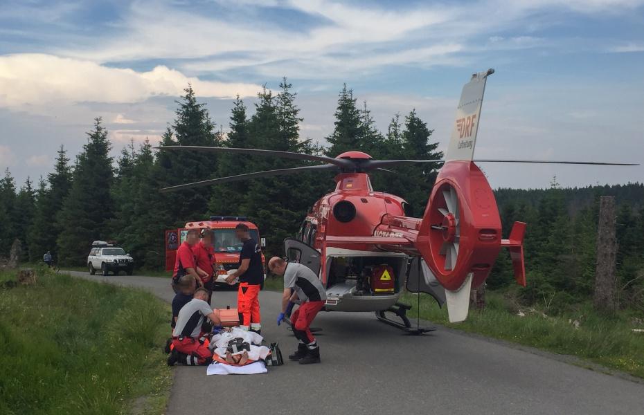 Frontalzusammenstop zweier Radfahrer am Brocken - einer der beiden muss anschließend von der DRF Luftrettung in eine Klinik geflogen werden.