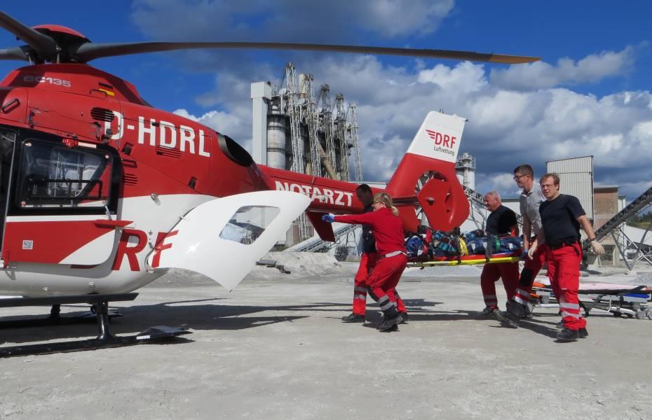 Ein Mann stürzt von einem Silo und bleibt auf einer Plattform liegen. Der Nordhäuser Hubschrauber wird alarmiert, doch die Rettung ist kompliziert. Nur die Zusammenarbeit aller Rettungskräfte kann dem Mann jetzt noch helfen.