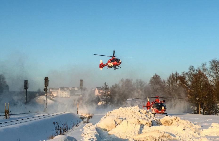 Der Weidener Rettungshubschrauber landet nach den Nürnberger Luftrettern am Einsatzort.