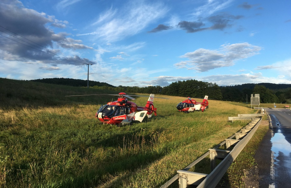 Schnelle Hilfe für verletzte Autofahrer brachten zwei Hubschrauber der DRF Luftrettung: Christoph Nürnberg (hinten) und Christoph 27 (vorne).