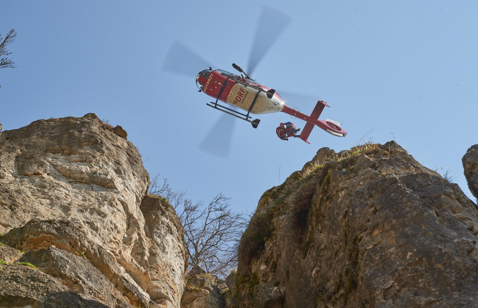 Christoph 27 mit fest installierter Rettungswinde im Trainingsflug. Das Übungsszenario: ein verletzter Kletterer. (Foto: Michael Meyer)