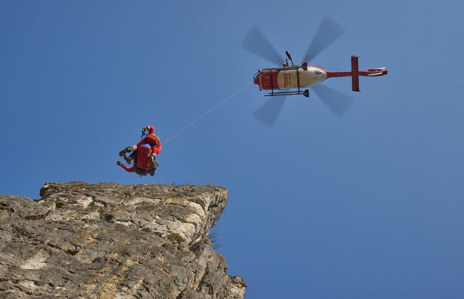 Die Winde ist oftmals die einzige Möglichkeit Patient*innen aus unzugänglichen Gebieten zu retten. (Symbolbild; Quelle: DRF Luftrettung)