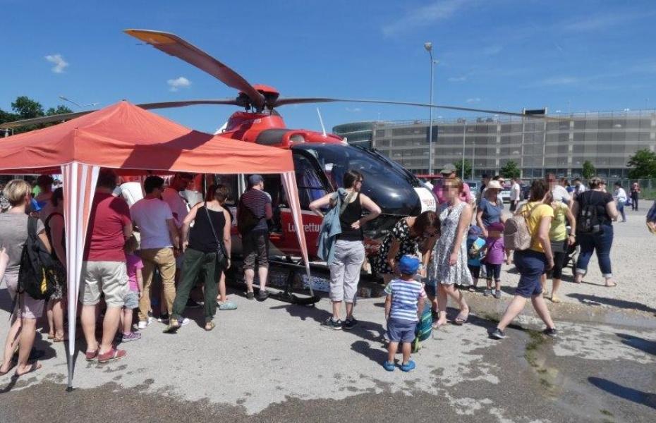 Die DRF Luftrettung zeigte beim Flugplatzfest einen Rettungshubschrauber des Typs EC 135.