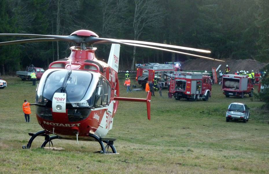 Bei Aushubarbeiten sind zwei Brüder verschüttet worden. Beide konnten nach der Befreiung mit den Rettungshubschraubern in eine Klinik geflogen werden.