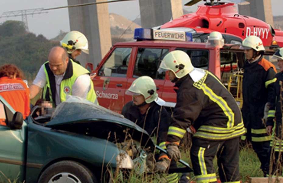 Feuerwehr befreit Nora aus dem Autowrack