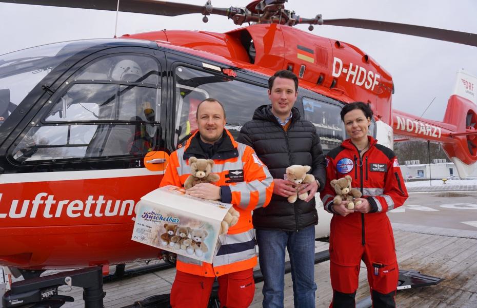 Flauschige Tröstebären für kleine Patienten in Not: Dank Spenden können die Regensburger Luftretter ihren jüngsten Patienten tröstende Begleiter schenken.