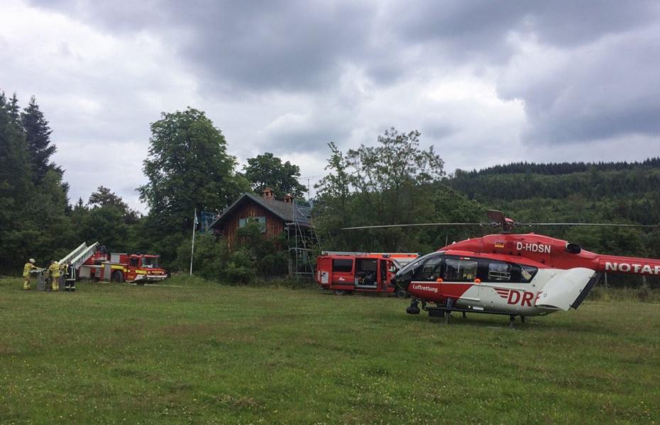 Schwer zu erreichen: Der Patient lag in acht Metern Höhe im Giebelbereich eines Schrägdachs, welches nur über Baugerüste zugänglich war.