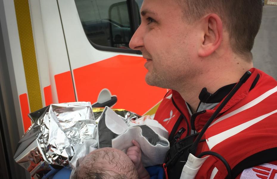 Sehr eilig hatte es ein kleines Mädchen kürzlich auf die Welt zu kommen. Die Luftretter aus Regensburg waren gerade noch rechtzeitig zur Stelle und betreuten die Geburt.