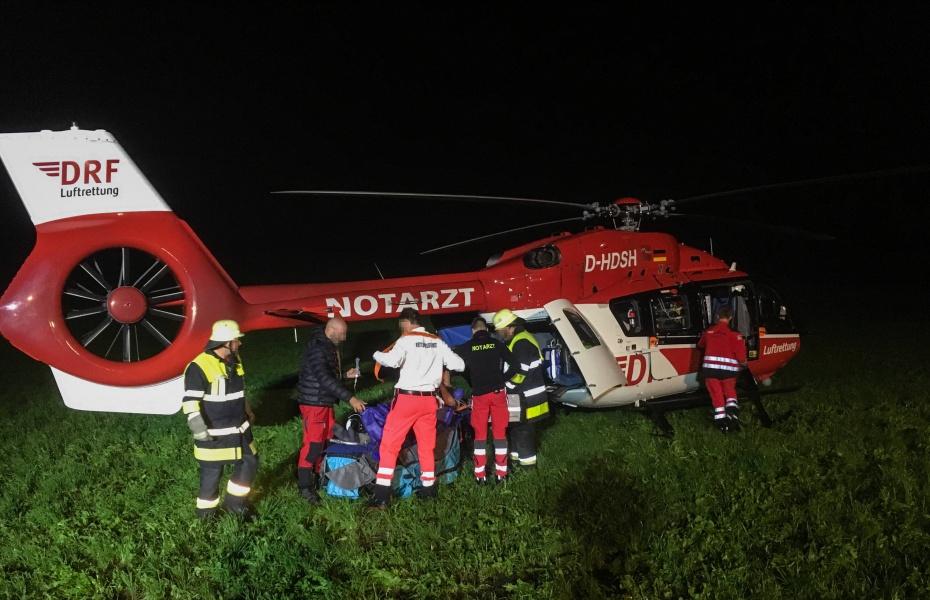 Die Piloten konnten Christoph Regensburg auf einer Wiese neben dem Haus des Patienten landen.