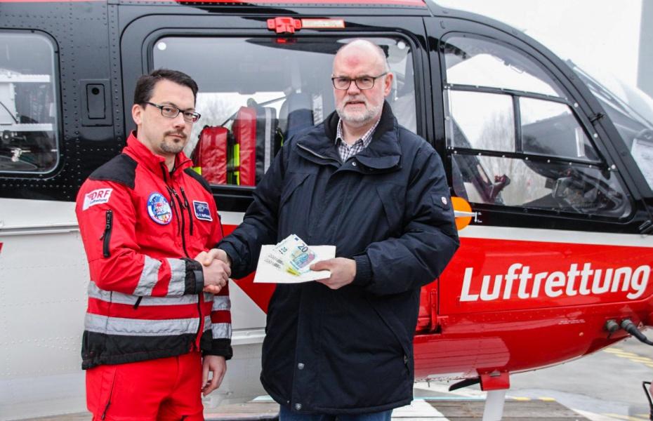 Peter Rask bat anlässlich der Beisetzung seiner Frau um Spenden für die Luftretter. Am 25. Januar übergab er an der Rendsburger Station insgesamt 1.943,- Euro.