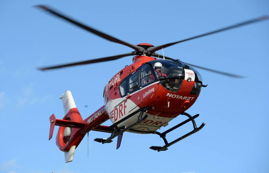 Christoph 27 der DRF Luftrettung schnell vor Ort bei Massenkarambolage. Symbolbild.