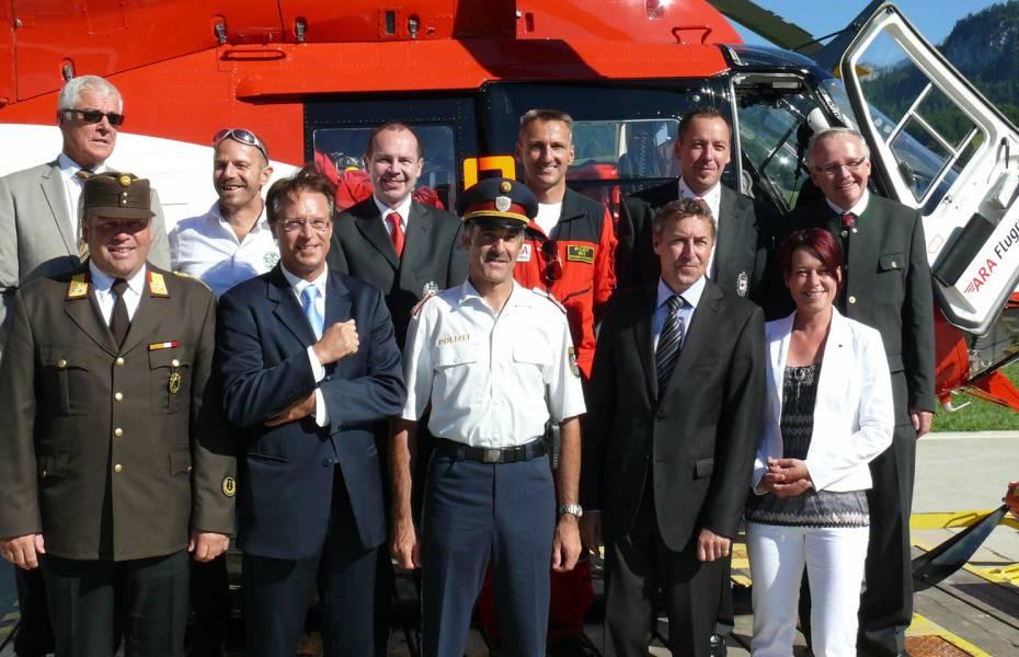 Vertreter aus Politik, Rettungsdienst, Luftrettung und der Region vor dem Notarzthubschrauber RK-2