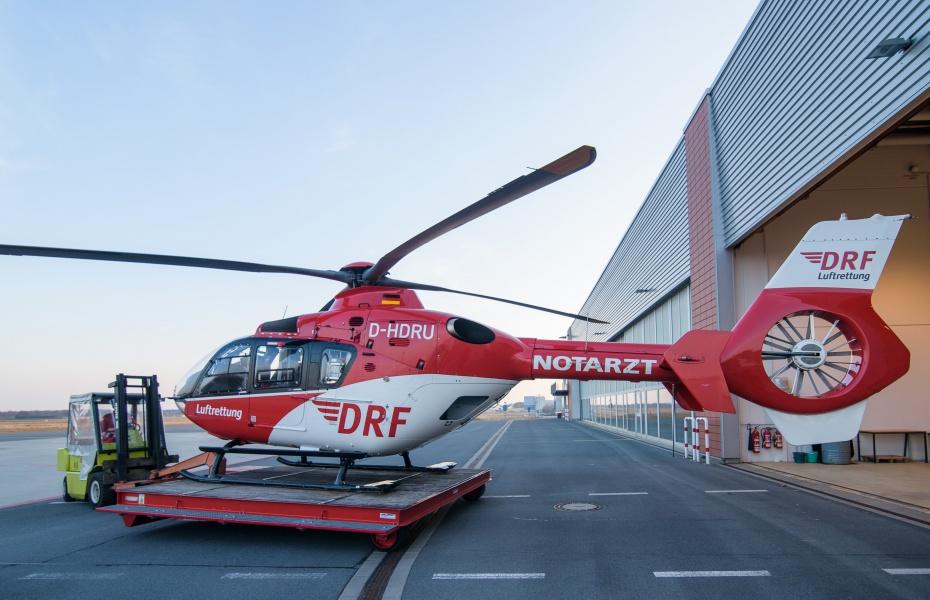 Bei diesem Einsatz am Flughafen blieb Christoph 38 am Boden: Notarzt und Rettungsassistent wurden von der Flughafen Feuerwehr zum Patienten gefahren.
