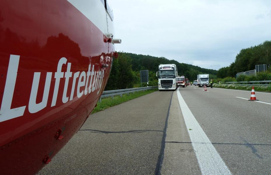 Eine Frau schwebte nach einem schweren Unfall auf der A 81 in Lebensgefahr. Christoph 51 der DRF Luftrettung war im Einsatz.