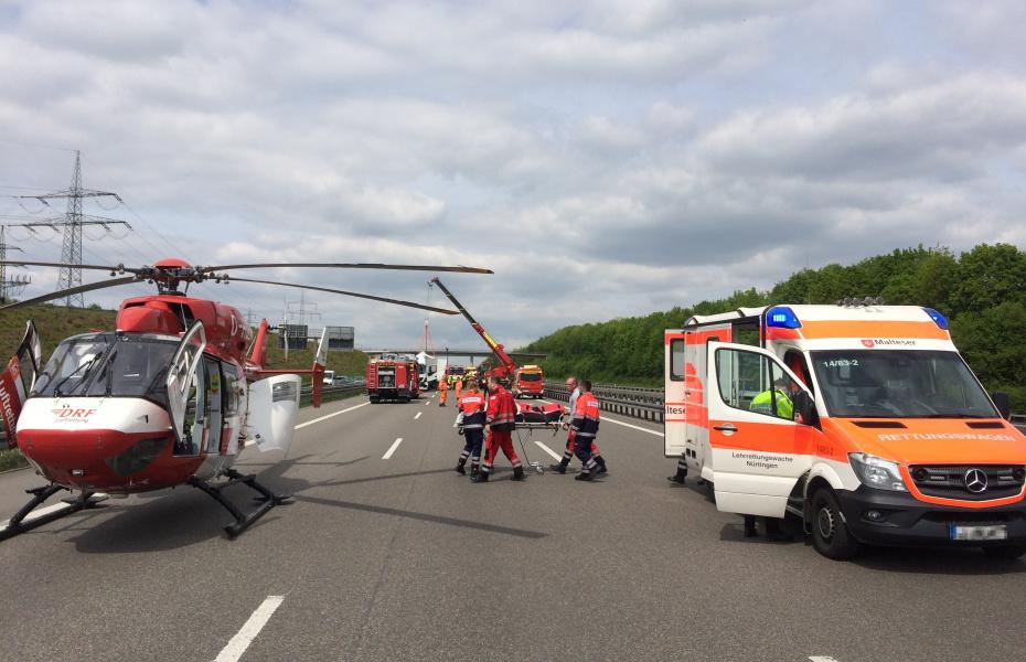 Die Crew von Christoph 51 konnte nach den schweren Unfällen auf der A 8 direkt auf der Autobahn landen.