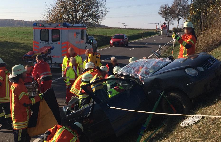 Eine junge Autofahrerin kam nach einem Unfall fast senkrecht an einer Böschung zum Stehen. Eine Herausforderung für die Retter von Feuerwehr, Krankenwagen und DRF Luftrettung.