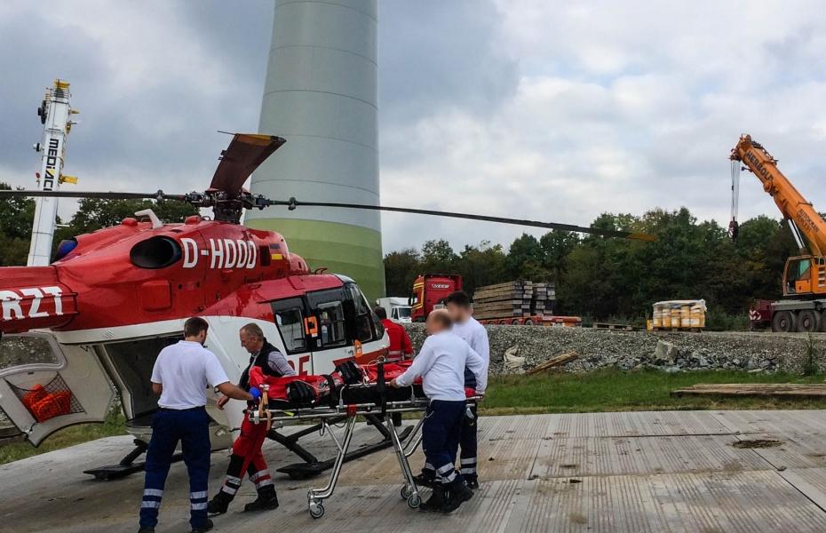 Vorsichtig wird der Patient in den Hubschrauber der DRF Luftrettung gebracht.