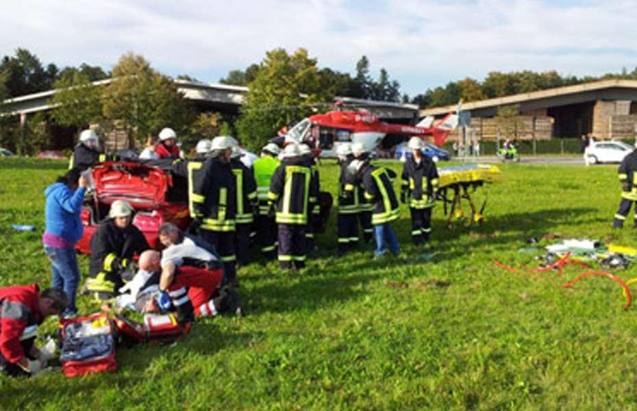 Der Notarzt der DRF Luftrettung versorgt die drei Verletzten.