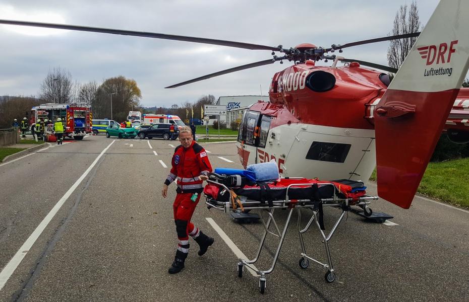 Christoph 51 der DRF Luftrettung ist schnell vor Ort, um einen verletzen Autofahrer in eine Klinik zu bringen.