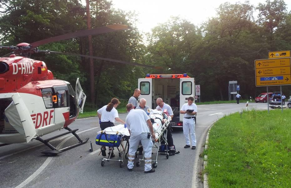 Der Patient wird zum Transport vorbereitet.