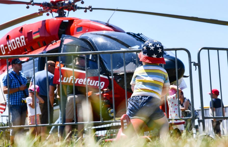 Viele interessierte Besucher warfen einen Blick in den hochmodernen Rettungshubschrauber.
