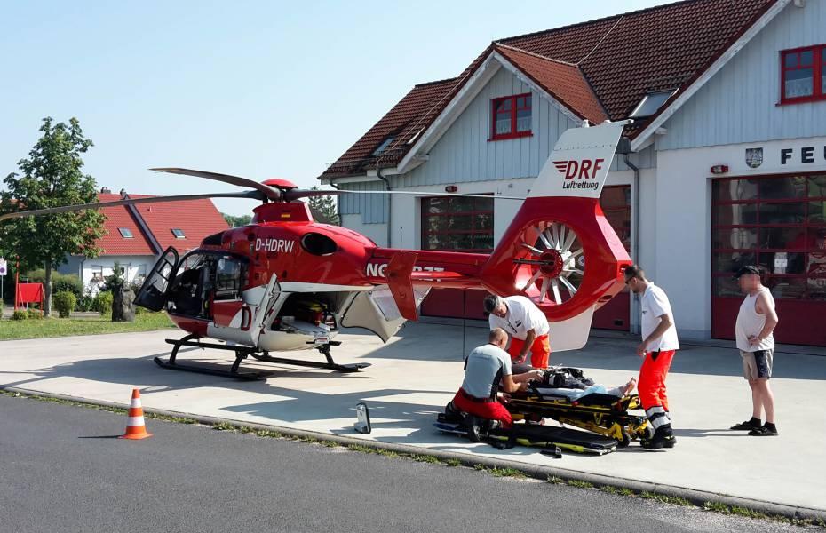Die Suhler Besatzung der DRF Luftrettung versorgt den Patienten vor dem Abflug in das Klinikum Meiningen.