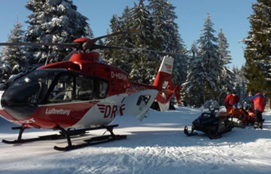 Die medizinische Besatzung von Christoph 60 aus Suhl versorgt einen verunglückten Skilangläufer