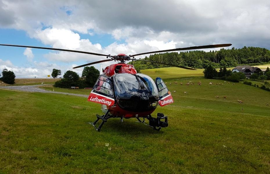 Schnelle Hilfe für einen verunglückten Mann und seinen kleinen Enkel brachten zwei Hubschrauber der DRF Luftrettung.