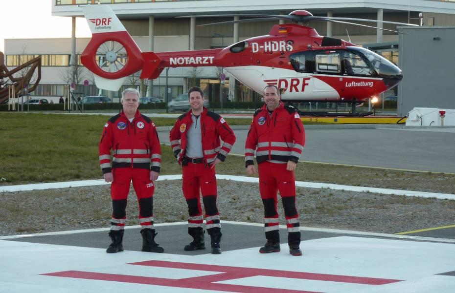 Die Besatzung am Jubiläumstag v.l.n.r.: Rettungsassistent Bernd Tabor, Notarzt Dr. Max Simon und Pilot Frank Jaenke.