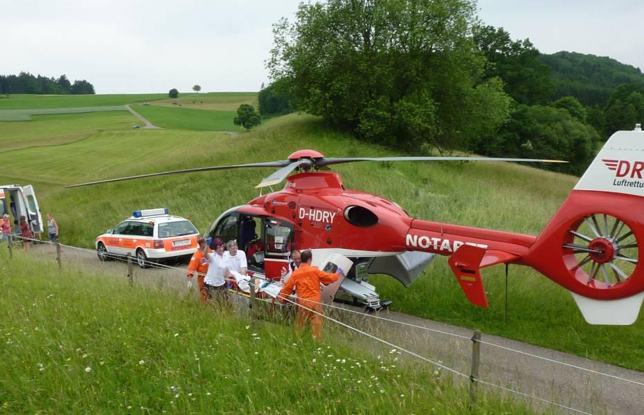 """Christoph 11"" landet auf dem schmalen Feldweg direkt am Unfallort."