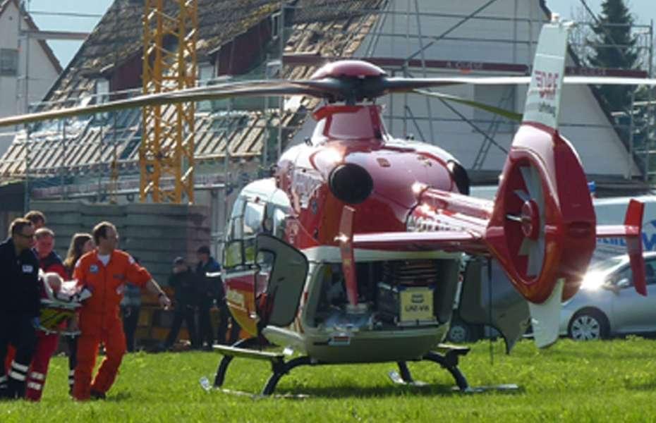 """Jede Minute zählt: Der Patient wird schnell an Bord von """"Christoph 11"""" in eine Klinik gebracht."""