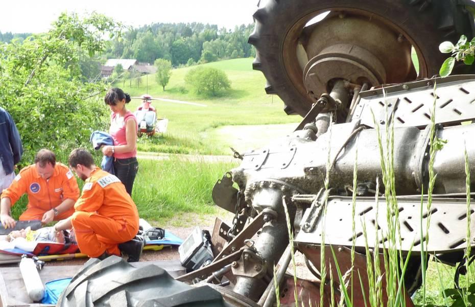 Der Patient wird in den Rettungshubschrauber der DRF Luftrettung gebracht und in das Dresdner Herzklinikum geflogen.