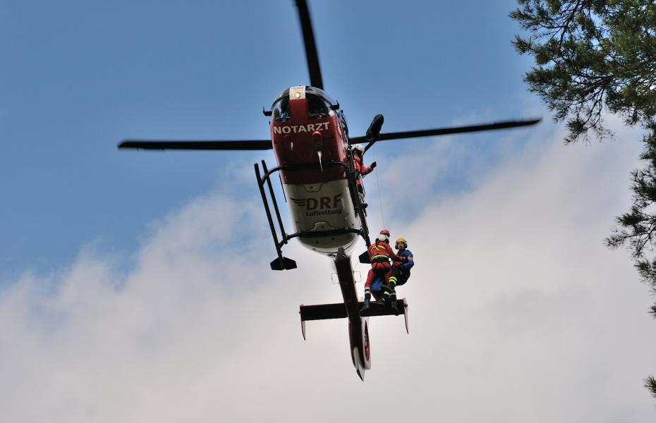 Für die Rettung aus unwegsamem Gelände oder von hohen Gebäuden verfügt Christoph 27 aus Nürnberg über eine Rettungswinde. Gemeinsam mit der Bergwacht und der Höhenrettungsgruppe der Berufsfeuerwehr wird der Ernstfall relegmäßig trainiert.