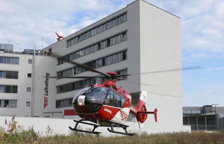 """Da staunten die Mitarbeiter der Verwaltung in Filderstadt nicht schlecht, als """"ihr"""" Christoph 41 aus Leonberg direkt neben dem Gebäude im Rahmen eines Notfalleinsatzes landete."""