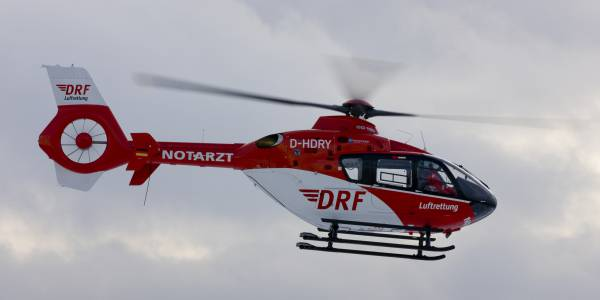 Ein Lastwagenfahrer hat sich durch einen Stromschlag schwere Verletzungen zugezogen. Christoph 36 fliegt an die Unfallstelle (Symboldbild).