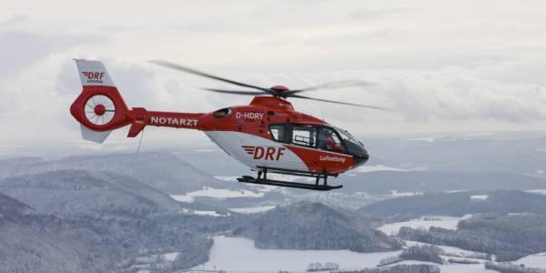 Der Rettungshubschrauber der DRF Luftrettung bei einem winterlichen Einsatz. (Symbolbild)
