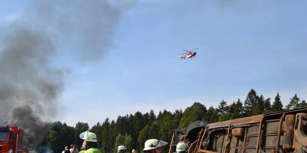 Gemeinsam trainierte die Hubschrauberbesatzung von Christoph Regensburg, der Rettungsdienst und die Feuerwehr Pentling den Ernstfall.