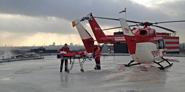 Die Bremer Besatzung der DRF Luftrettung auf dem Dachlandeplatz des Universitätsklinikums Hamburg-Eppendorf.