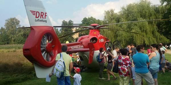 Der rot-weiße Rettungshubschrauber der DRF Luftrettung startete vom Schwanensee aus zu einem Einsatz. (Foto Kerstin Geyer)