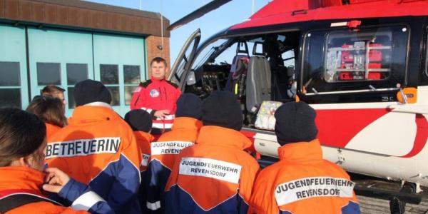 Die Kinder der Jugendfeuerwehr Revensdorf begutachten den Hubschrauber und stellen jede Menge Fragen - und die Rendsburger Luftretter beantworten diese gern.