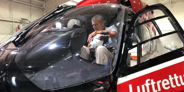 Holger Stahlknecht wirft einen Blick in das Innere der fliegenden Intensivstation...
