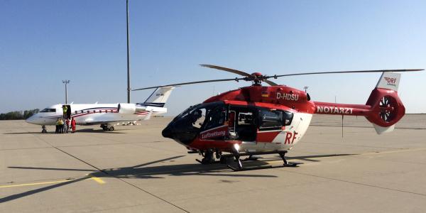 Übergabe am Flughafen Erfurt: Christoph Thüringen erwartet den Patienten aus Kasachstan.