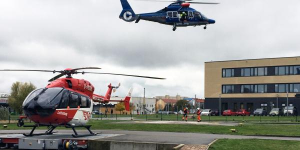 """Ein Rettungshubschrauber von Northern Helicopter war vor Ort. Ein Vortrag des Tages befasste sich mit dem Thema """"Maritime Rettung vor der Küste Vorpommerns""""."""