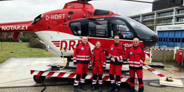 Besuch bei Christoph 44: Notfallsanitäter Christian Schulze, Notärztin Dr. Nadine Scheibe, MdB Dr. Roy Kühne (CDU) und Stationsleiter und Pilot Dennis Lauterberg (v.l.n.r.). Foto: DRF Luftrettung / L. Häfner