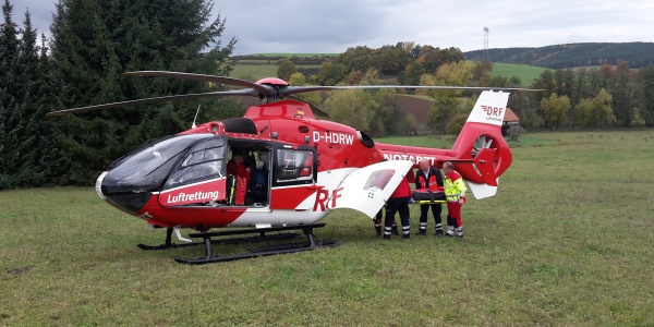Der Patient wird von der Suhler Besatzung der DRF Luftrettung in den Hubschrauber gebracht.
