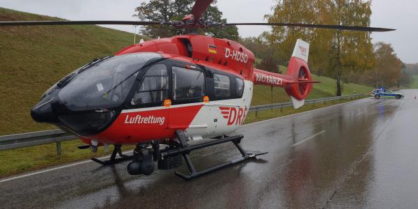 Landung auf der gesperrten Bundestraße: Christoph München der DRF Luftrettung.