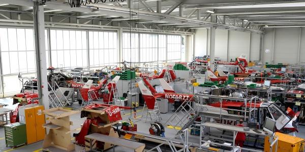 Auf der organisationseigenen Werft der DRF Luftrettung erfolgt die Einrüstung der Maschinen. Sämtliche Medizintechnik wie Beatmungsgeräte, die Trage oder Halterungen für Spritzenpumpen wird dort eingebaut, um die H 135 für ihre Einsätze bestmöglich auszustatten.