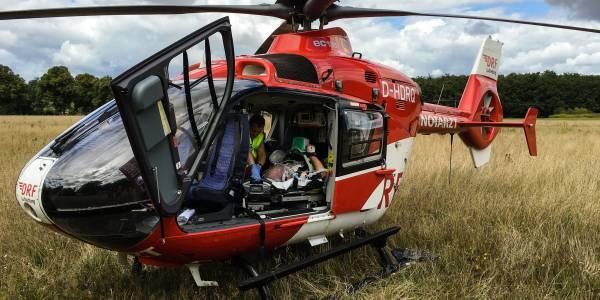 Kurz vor dem Start wird der Patient von den Luftrettern aus Angermünde für den Transport vorbereitet.
