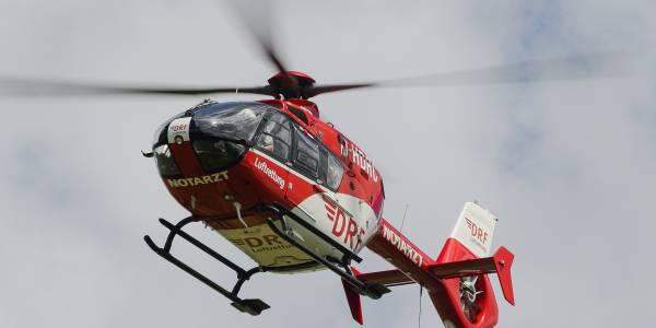 Der Angermünder Rettungshubschrauber der DRF Luftrettung erreicht innerhalb weniger Minuten den verunglückten Motorradfahrer.